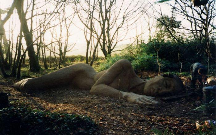 Для того, чтобы скульптура обросла лишайником, скульпторы удобряли её йогуртом.