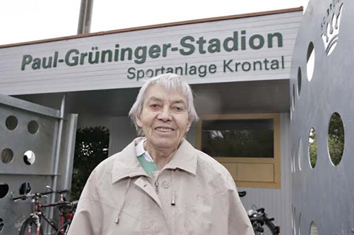 Дочь Пауля Грюнингера возле стадиона, который теперь носит его имя.