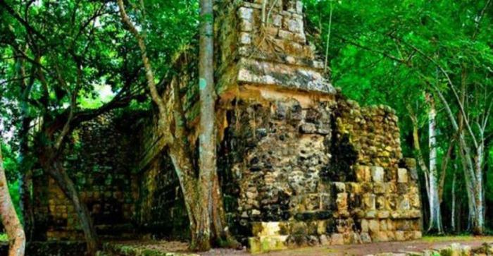 На рубеже 8-9 веков майя массово, как по команде покинули свои города.