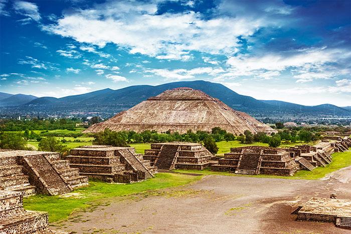 Величественные ацтекские пирамиды.