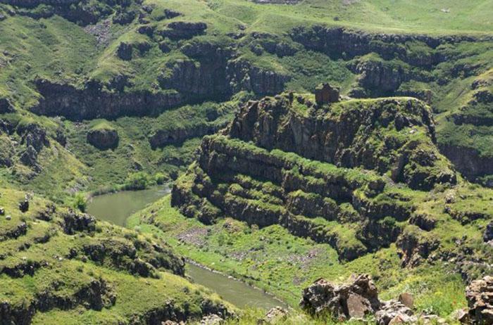 Замок Богородицы на вершине скалы вдоль реки Ахурян.