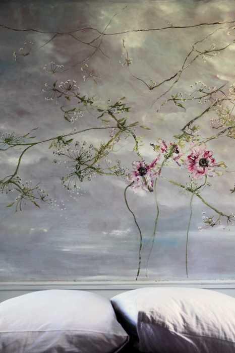 Под звуки ремонта и игр своих питомцев, Клер вдумчиво выводила на стенах свои сказочные цветы.
