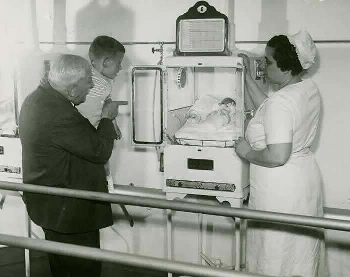 Медсестра демонстрирует маленького человечка, пытающегося выжить.