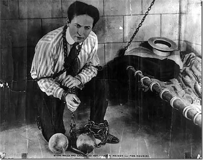 Для продвижения своего шоу, Гудини просил полицейских заковывать его в наручники и сажать в тюрьму, откуда он, естественно, сбегал.