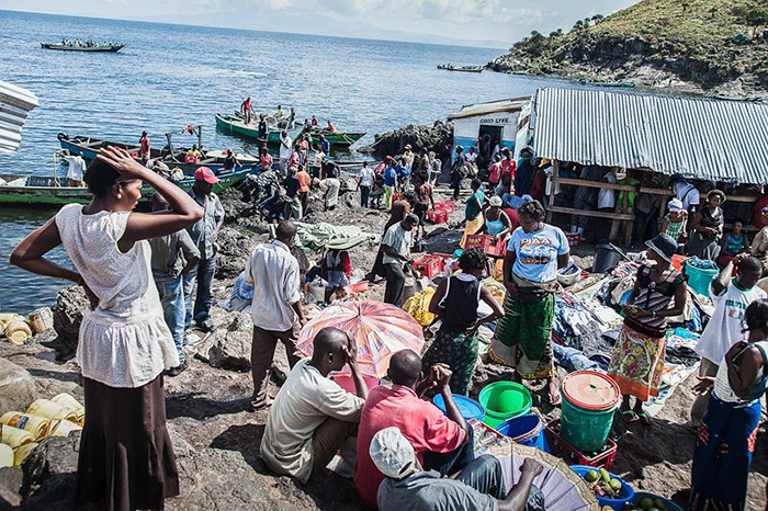 На остров ежедневно привозят на лодках продовольствие.