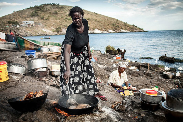 Приготовлением пищи традиционно занимаются местные женщины.