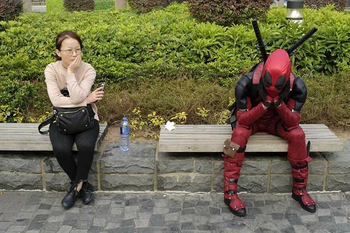 Дама: «Думаю, я оставила утюг включённым». Дэдпул: «Мне знакомо это чувство». / Фото: instagram.com/edaswong