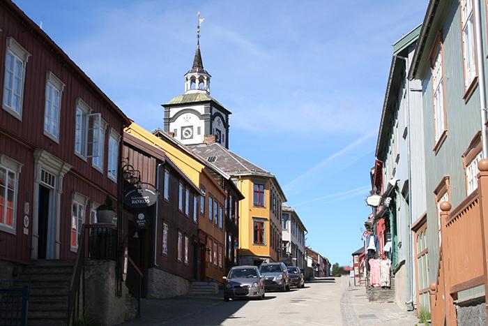 Тихий провинциаьный норвежский город Рёрус. / Фото: commons.wikimedia.org