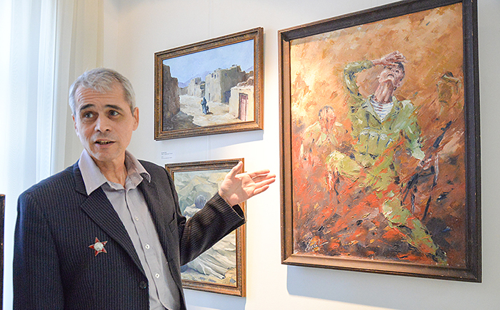 Бывший афганец Павел Кулёв рассказывает удивительную историю своей картины «Подрыв». / Фото: uralinform.ru