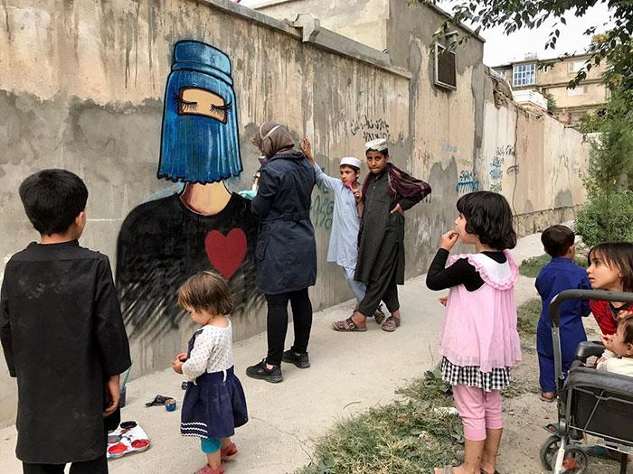 Шамсия Хассани за работой. / Фото: shamsiahassani.net
