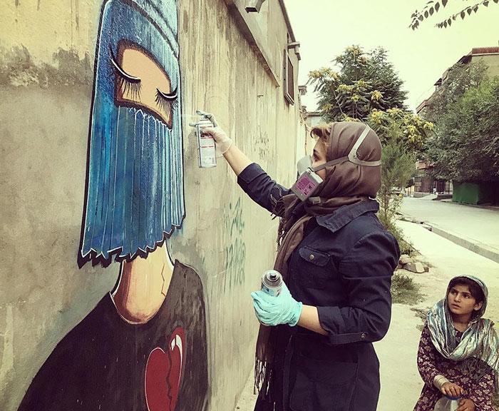 Её считают первой уличной художницей в Афганистане. / Фото: shamsiahassani.net