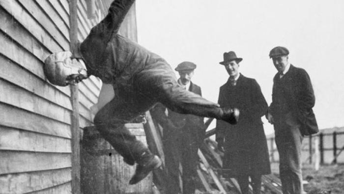 Мужчина тестирует какой-то шлем, 1912 год. / Фото: Flight Magazine / Wikimedia Commons