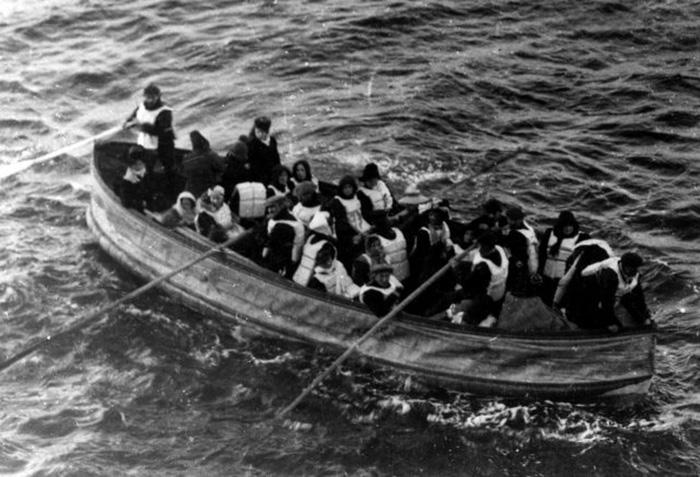 Выжившие в катастрофе на пути к спасению. / Фото: Wikimedia Commons)