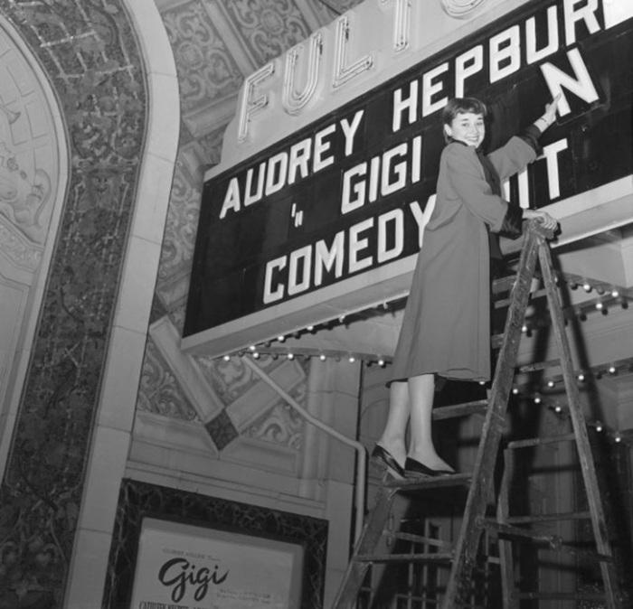 Одри Хепберн помещает своё имя на афише. Она играла главную роль в бродвейской пьесе «Джиджи». / Фото: Bettmann / Getty Images