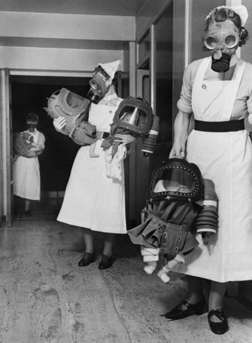 Тренировочная газовая атака в лондонской больнице, где медсестры проверяют противогазы для младенцев, примерно 1940 год. / Фото: Имперский военный музей / Getty Images