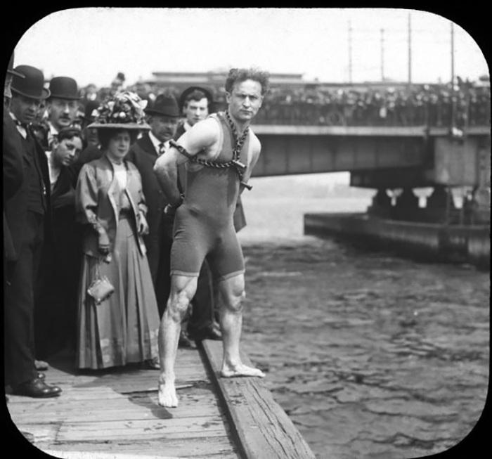 Гарри Гудини готовится к прыжку с Гарвардского моста, штат Массачусетс, 30 апреля 1908 года. / Фото: Библиотека Конгресса / Getty Images