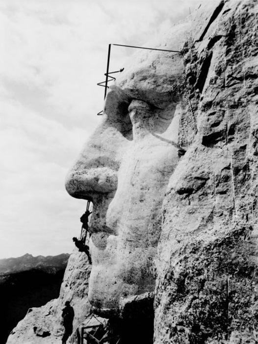 Построение лица Джорджа Вашингтона на горе Рашмор. / Фото: Библиотека Конгресса / Wikimedia Commons