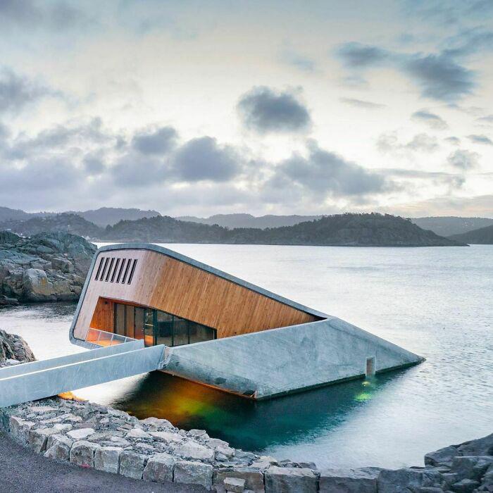 Норвежский ресторан под водой, наполовину погружённый в море. Фото: snohetta.com