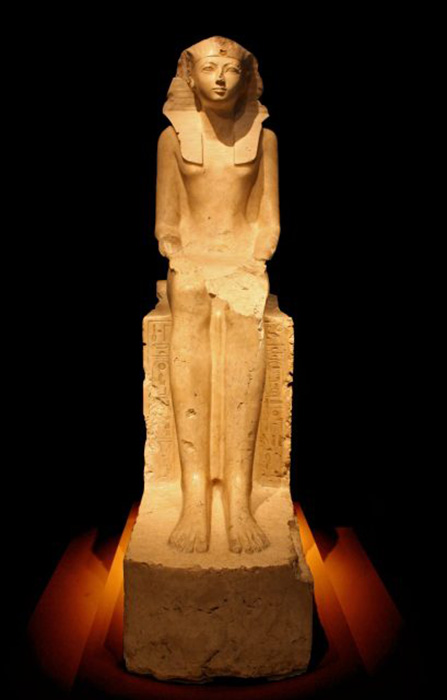 Сидящая статуя Хатшепсут. / Фото: Universal Images Group / Getty Images
