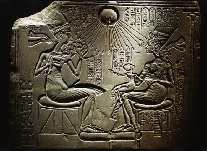 Резьба с изображением Эхнатона (слева), Нефертити (справа) и их детей. / Фото: Руджеро Ванни / Getty Images