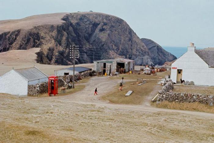На маленьком острове есть такая же маленькая школа. / Фото: Крис Морфет / Getty Images