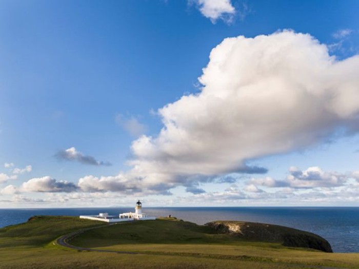 Фейр-Айл по праву называют самым отдалённым обитаемым островом. / Фото: REDA & CO / Getty Images