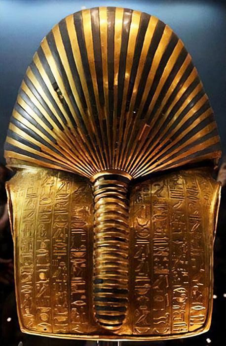 Задняя сторона маски Тутанхамона. / Фото: reddit.com/r/AlternateAngles