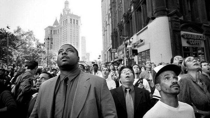 Зрители с ужасом и недоверием смотрят, как рушатся башни-близнецы 11 сентября. / Фото: reddit.com/r/AlternateAngles