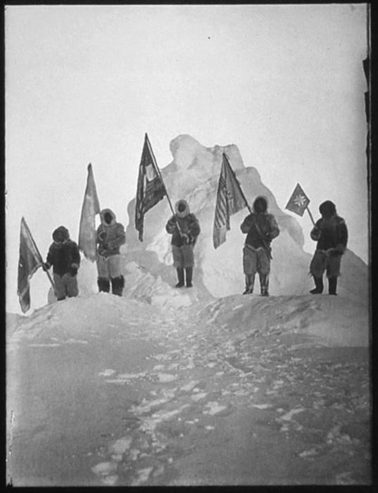 Роберт Пири с командой на Северном полюсе. / Фото: Национальное управление архивов и документации США