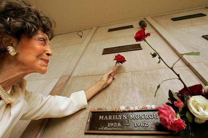 Элизабет Пончер перед склепом мужа. / Фото: Мел Мелкон / Getty Images