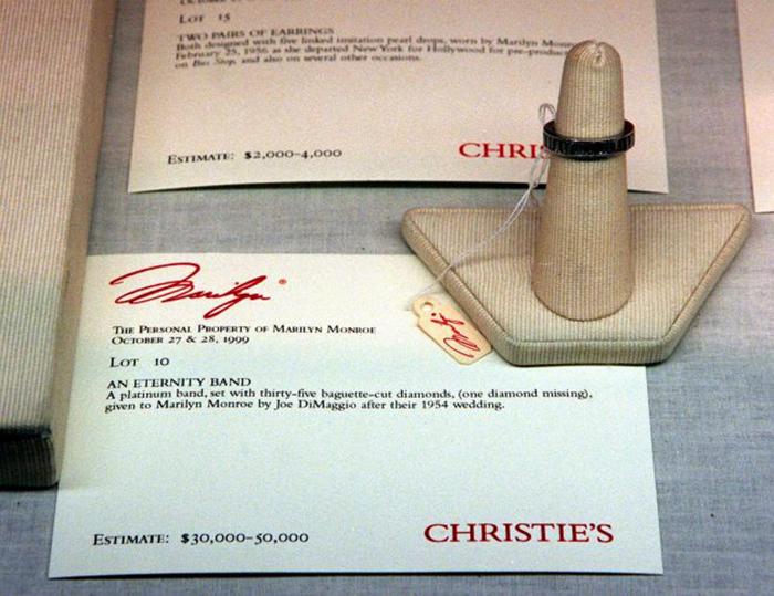 Кольцо вечности Мэрилин Монро с 35 бриллиантами багетной огранки было продано с аукциона в 1999 году. / Фото: Getty Images