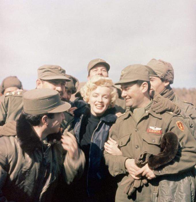 Мэрилин Монро развлекает военнослужащих в Корее во время её медового месяца с Джо Ди Маджио. Её обручальное кольцо можно увидеть на этой фотографии. / Фото: Getty Images