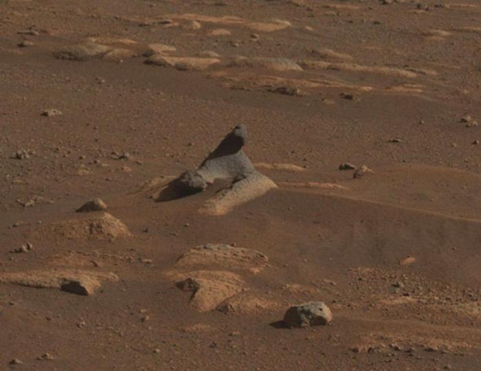 Одна из фотографий, которую использовали для панорамы, на ней видна изъеденная ветром марсианская скала. / Фото: bbc.com