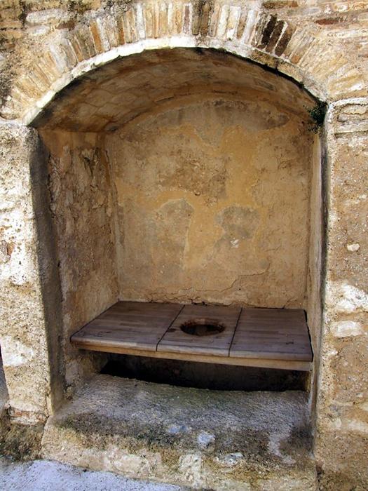 Туалет в средневековом монастыре. / Фото: pinterest.pt