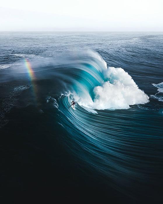 «Сёрфер Джек Робинсон идёт на знаменитый прорыв, известный как «Правый», где одни из самых тяжёлых волн в мире». / Фото: Фил Де Гланвиль/oceanphotographyawards.com