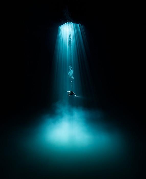 «Дайвер спускается в сенот. Кинтана-Роо, Мексика». / Фото: Мартин Броен/oceanphotographyawards.com