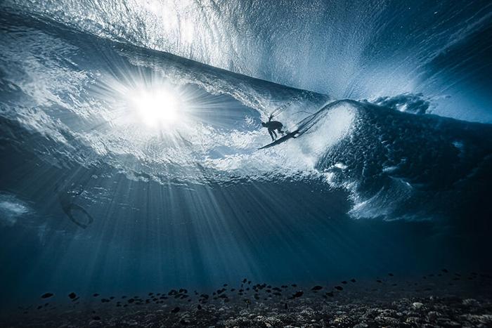 «Волна, известная как Teahupo'o, если смотреть снизу. Таити, Французская Полинезия». / Фото: Бен Туард/oceanphotographyawards.com