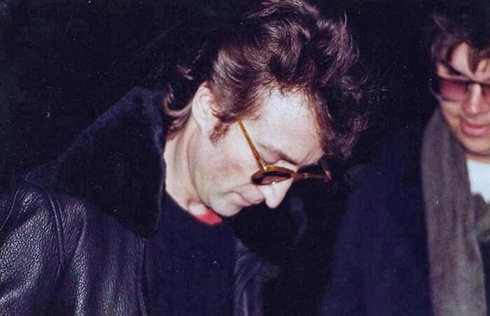 Джон Леннон и Марк Чепмен. Последнее прижизненное фото легендарного музыканта. / Фото: reddit.com