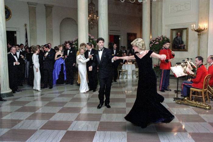 Принцесса Диана танцует с Джоном Траволтой на официальном гала-вечере в Белом доме 9 ноября 1985 года. / Фото: Handout / Getty Images