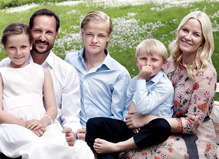 Счастливая семья. / Фото: ru.hellomagazine.com