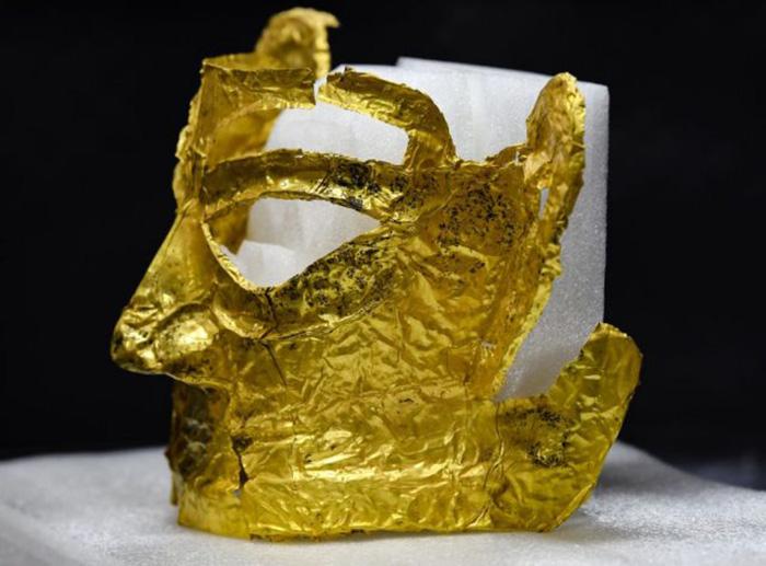 Золотая маска, найденная на месте руин Саньсиндуй. / Фото: edition.cnn.com