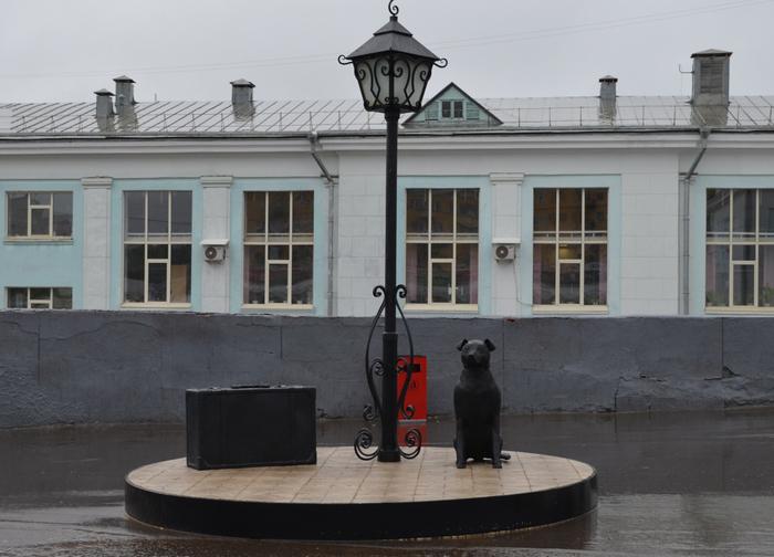 Скульптура «Присядь на дорожку» у вокзала в городе Кирове. / Фото: fotokto.ru