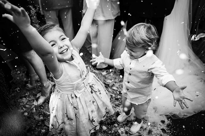Дети веселятся на свадьбе. / Фото: Эдуардо Банги / fotografos-de-boda.net
