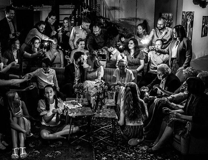 Момент семейной свадьбы. / Фото: Дениз Моц / fotografos-de-boda.net