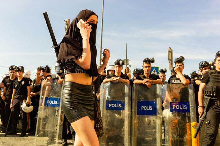 Стамбул, Турция. Протест против отмены закона защищающего женщин. / Фото: Форрест Уокер/urbanphotoawards.com
