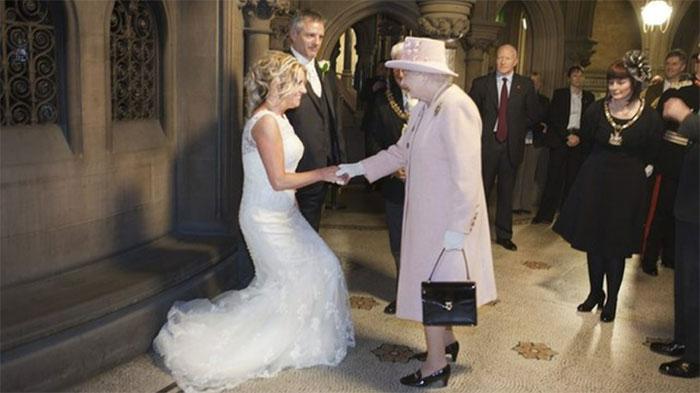 Британская пара в шутку пригласила королеву Елизавету на свою свадьбу 2012 года, и она действительно появилась. / Фото: reddit.com