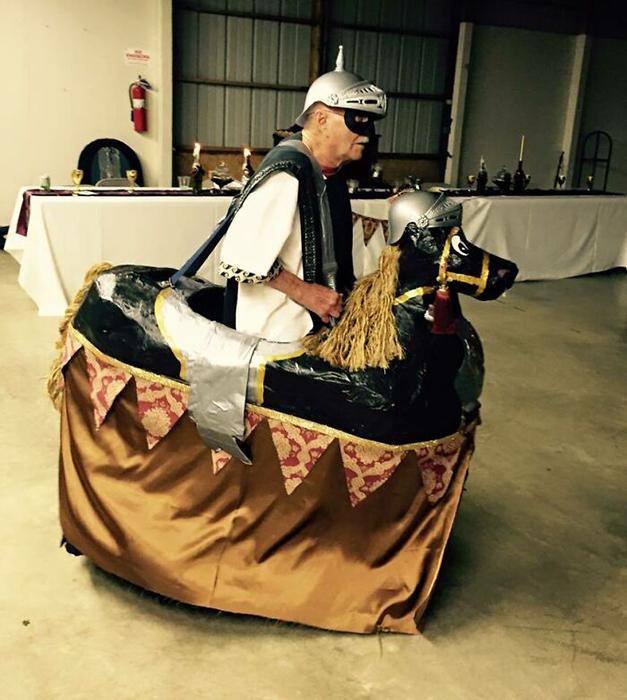 У одной девушки была средневековая тематическая свадьба, и её дедушка появился в таком виде. / Фото: reddit.com