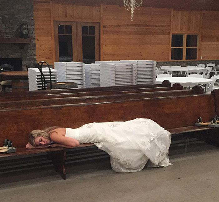 Свадьбы утомительны. Невеста уснула прямо на лавке, как только разошлись гости. / Фото: reddit.com