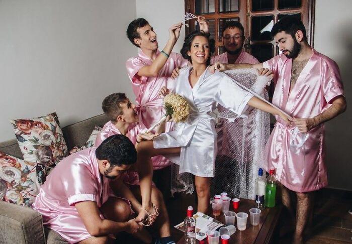 Невеста, которая работает инженером-компьютерщиком, не имеет подруг, поэтому вместо этого она приглашает своих братьев быть подружками невесты. / Фото: reddit.com