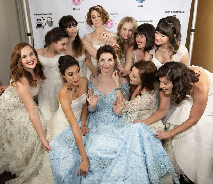Печально, что большинству женщин удаётся надеть свадебное платье только один раз, поэтому эта невеста пригласила всех женщин, пришедших на её свадьбу, снова надеть свои старые свадебные платья. / Фото: reddit.com